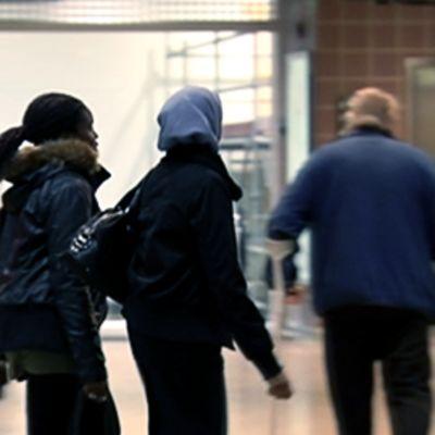Kaksi maahanmuuttajataustaista nuorta Itäkeskuksen kauppakeskuksessa Helsingissä
