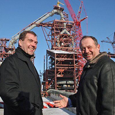 Venäjän presidentti Dmitri Medvedelisin ja Novolipetsmetallin pääjohtaja Vladimir Lisin hymyilevät vierekkäin Novolipetsmetallin tehtaan edessä.