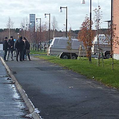 Lappian opiskelijat tupakoimassa koulualueen ulkopuolella.