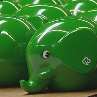 Säästöpankin norsuja esittäviä vihreitä säästölippaita.