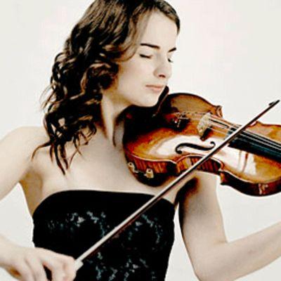 Kuvassa lauantai-illan solisti, viulisti Alina Pogotskina.