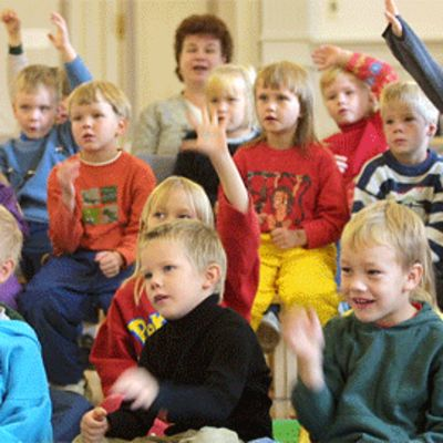 Lapset leikkivät ja laulavat