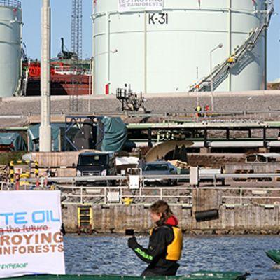 Greenpeacen mielenosoitus Neste Oilin jalostamolla