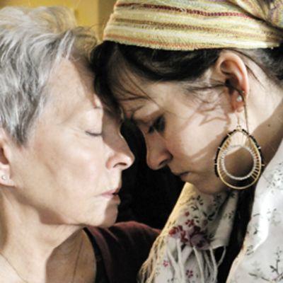 Anneli Sauli ja Jenni Banerjee näyttelevät Kohtaamisia -elokuvassa.