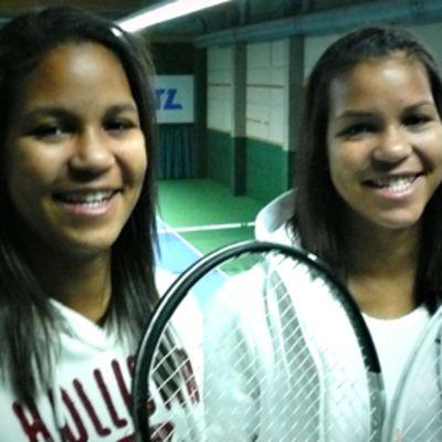 Tennissiskokset Naomi ja Wanda Holopainen muuttivat Coloradon Denveriin pelaamaan tennistä.
