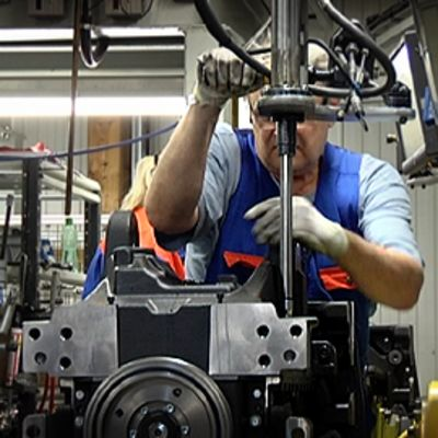 Mies työssä metallipajalla.