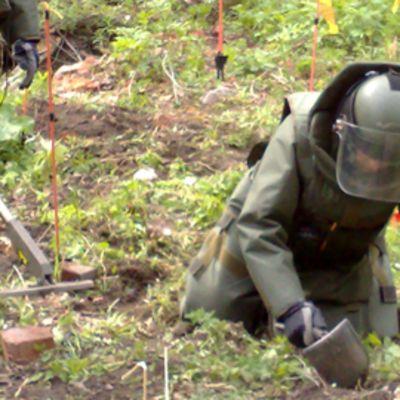 Sotilaat raivaamassa räjähteitä Vallisaaressa.
