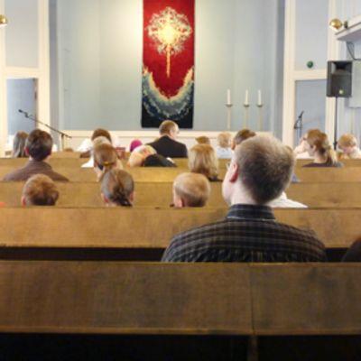 Seurakuntalaiset istuvat Markus-yhteisön järjestämässä messussa Helsingissä.