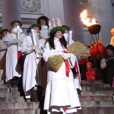 Lucia-neito laskeutuu alas portaita
