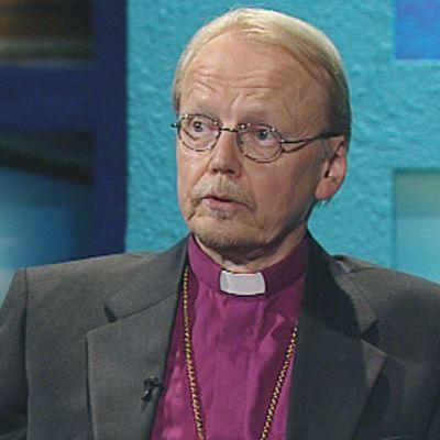 Arkkipiispa Kari Mäkinen Ylen A-studio-ohjelman vieraana.