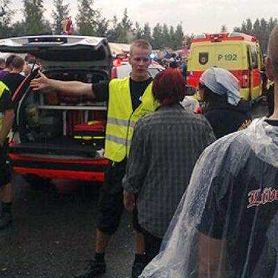 Ihmisiä ja ambulansseja festivaalialueella