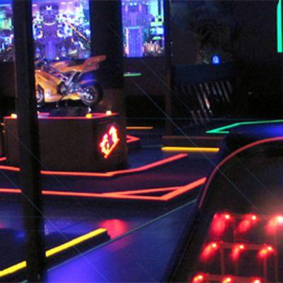 Hohtogolfissa pelataan minigolfia neonvaloissa.