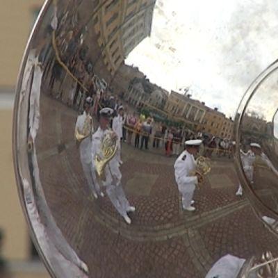 Laivaston Soittokunta heijastuu sousafonista.