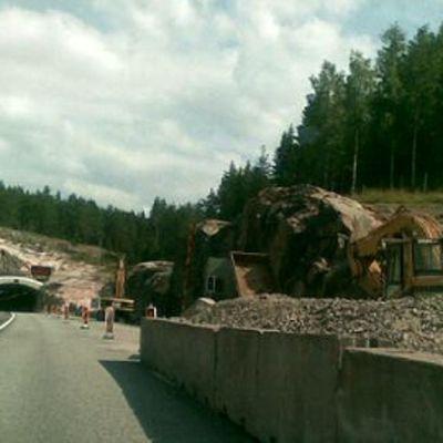 E18-moottoritien louhintatyömaa Muurlan kohdalla