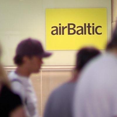 AirBalticin opaskyltti Helsinki-Vantaan lentoasemalla.