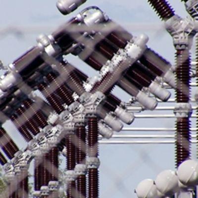 Sähkölinjoja Loviisan ydinvoimalan edustalla.