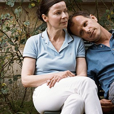 Mies ja nainen istuvat penkillä