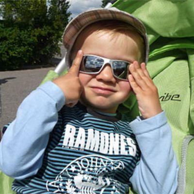 Pikkupoika aurinkolasit päässään