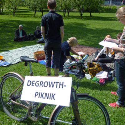 Ihmisiä piknikillä puistossa