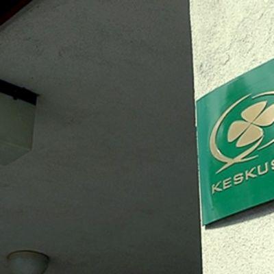 Keskustan logo puoluetoimiston ulkoseinässä Helsingin Apollonkadulla