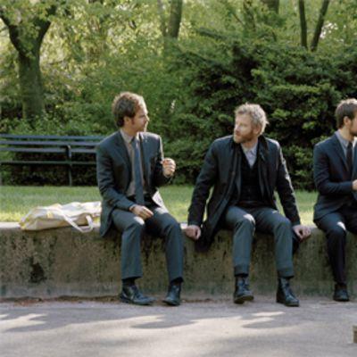 The National yhtyeen jäsenet istuvat puistossa.