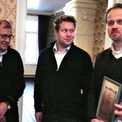 Kirjailija Petri Tamminen sai Asikkalan kunnan myöntämän taidepalkinnon.
