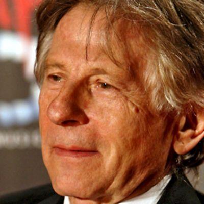 Roman Polanski mustassa puvussa.
