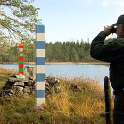 Rajavartija kiikaroi pitkin Suomen ja Venäjän rajaa