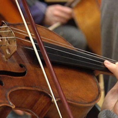 Kuvassa soitetaan viulua.