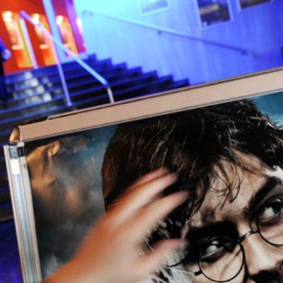 Harry Potter -elokuvan mainosjulistetta kannetaan elokuvateatterin aulassa