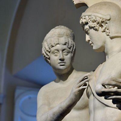 Venus- ja Mars-patsaat kuvattuna keskivartaloista ylöspäin.