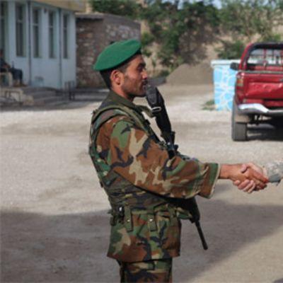 Amerikkalaissotilas ja Afganistanin armeijan sotilas kättelevät