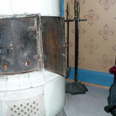 Kuusi kaminaa lämmittää festivaaleja Nukketeatteritalo Mundossa.
