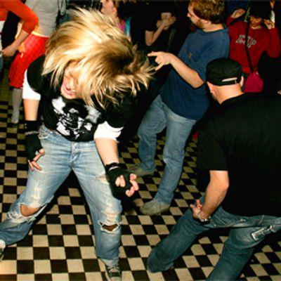 Nuoria tanssilattialla