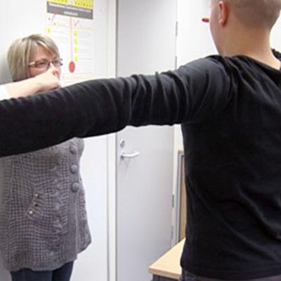 Kuntoutuslääkäri Raija Kerätär tutkii potilasta.