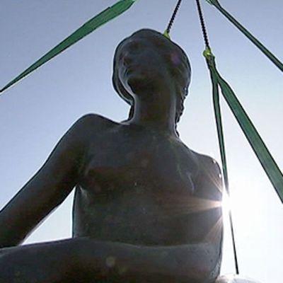Pieni merenneito -patsas kuvattuna vastavaloon alaviistosta. Patsas kiinnitetty liinoihin.