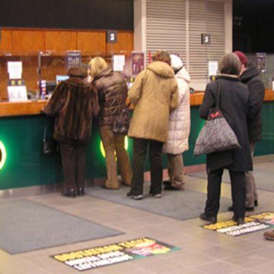 Ihmisiä jonottamassa elokuvateatteriin.