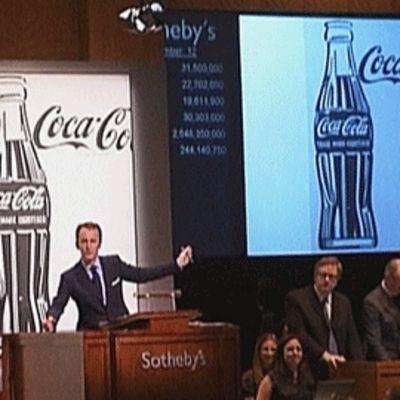 Pop-taiteilija Andy Warholin Coca Cola -pulloa kuvaava maalaus myytiin Sothebyn huutokaupassa.