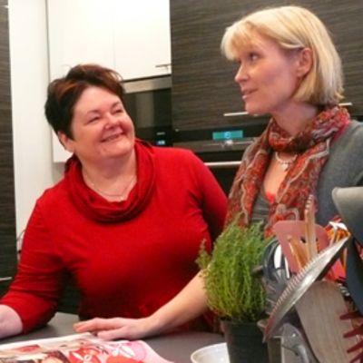 Kotilieden päätoimittaja Leeni Peltonen ja ruokatoimittaja Marja Malinen lehden koekeittiössä.