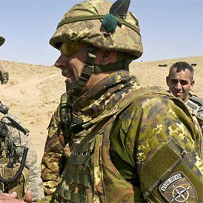Sotilaita puhumassa toisilleen