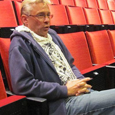 Heikki Paavilainen teatterin punaisilla tuolilla