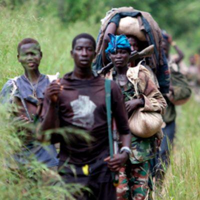 LRA:n taistelijoita marssimassa.