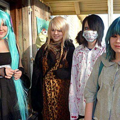 Aino Airaksinen, Anna Lehtisaari, Aleksiina Lunki ja Melissa Ö olivat pukeutuneet cosplay-hengessä Kemin mangapäivä-tapahtumassa.