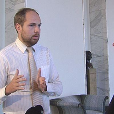 Kansanedustajat Tuomo Puumala ja Ulla-Maj Wideroos keskustelevat eduskunnan käytävällä.