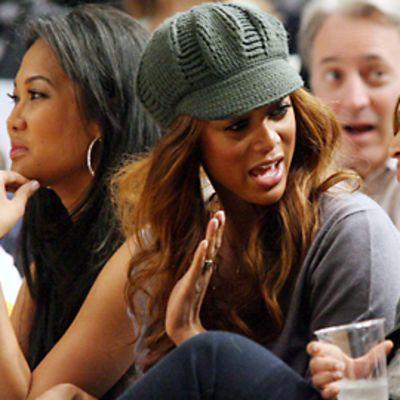 Keskellä kuvaa oleva Tyra Banks juttelee oikealla olevan Beyoncen kanssa.