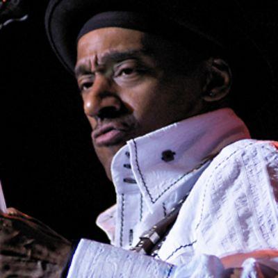 Marcus Miller katsoo tiukkana basson kieliin.