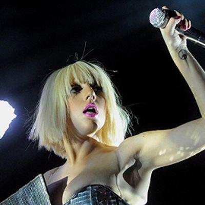 Lady Gaga lavalla kädessään mikrofoni,  epa01803492 US singer Lady Gaga performs during a concert at the Gasometer in Vienna, Austria, 22 July 2009.  EPA/HERBERT PFARRHOFER