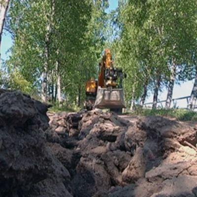 Laajakaistaverkkoa kaivetaan maaseudulla.