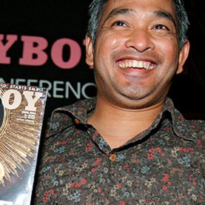 Indonesian Playboy-lehden entinen päätoimittaja  Erwin Arnada lehden ensimmäisen numeron kanssa.