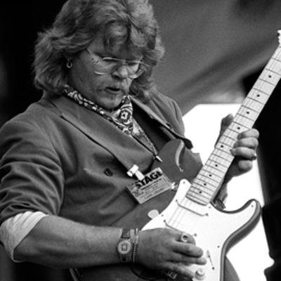 Albert Järvinen kitaroi